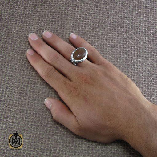 انگشتر عقیق یمن طرح صفوی مردانه با حکاکی العزه لله جمیعا – کد ۸۱۹۸