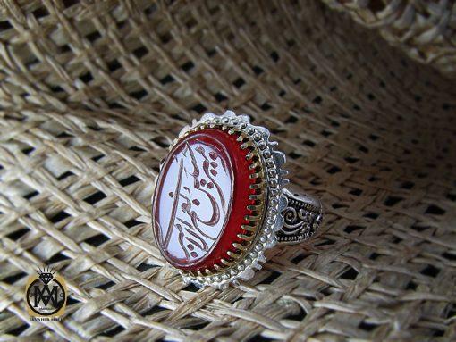 انگشتر عقیق قرمز مردانه با حکاکی امیری حسین و نعم الحسین – کد ۸۶۳۶