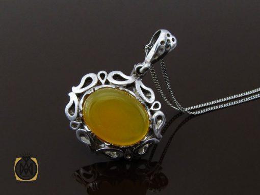مدال عقیق زرد با حکاکی شرف الشمس طرح پوپک زنانه – کد ۳۲۶۵