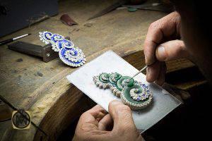 مخراج کاری سنگ های قیمتی بر روی جواهرات